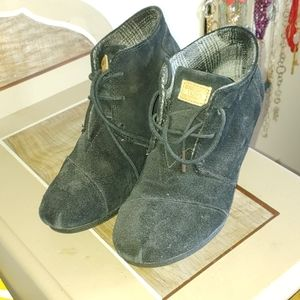 Tom's wedge booties